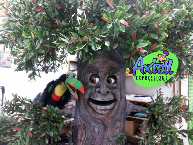 Animatronic Toucan and Tree by Axtell Expressions